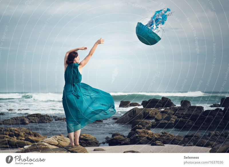 Windspiel Abenteuer Ferne Freiheit Mensch feminin Frau Erwachsene 1 Umwelt Natur Himmel Horizont Sturm Wellen Küste Strand Meer Kleid fliegen Spielen