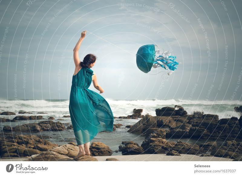 Alle Drachen fliegen hoch Ferien & Urlaub & Reisen Tourismus Ausflug Abenteuer Ferne Freiheit Sommer Strand Meer Wellen Mensch feminin Frau Erwachsene 1 Umwelt