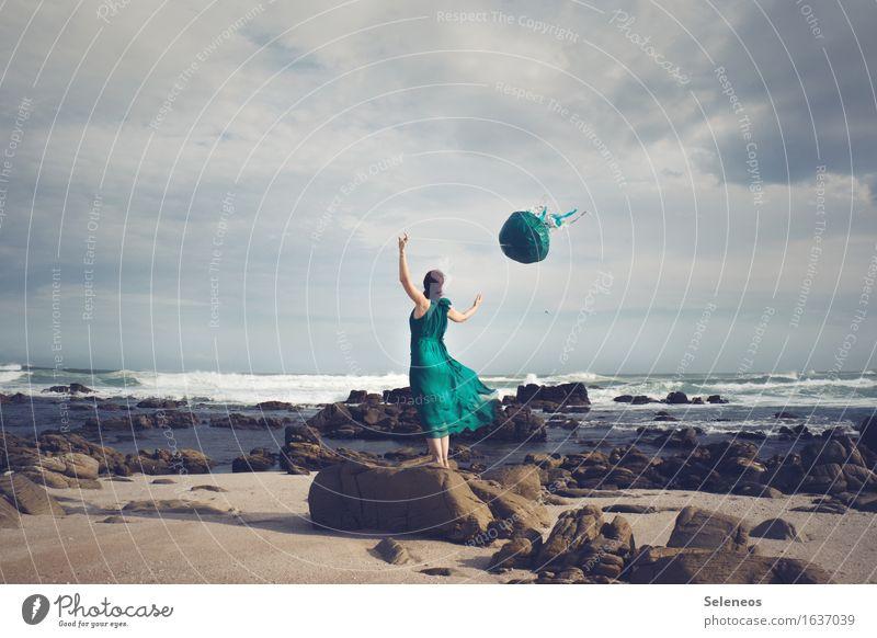 Quallendrachen Ausflug Abenteuer Ferne Freiheit Mensch feminin Frau Erwachsene 1 Umwelt Natur Landschaft Wasser Himmel Wolken Horizont Wind Sturm Felsen Wellen