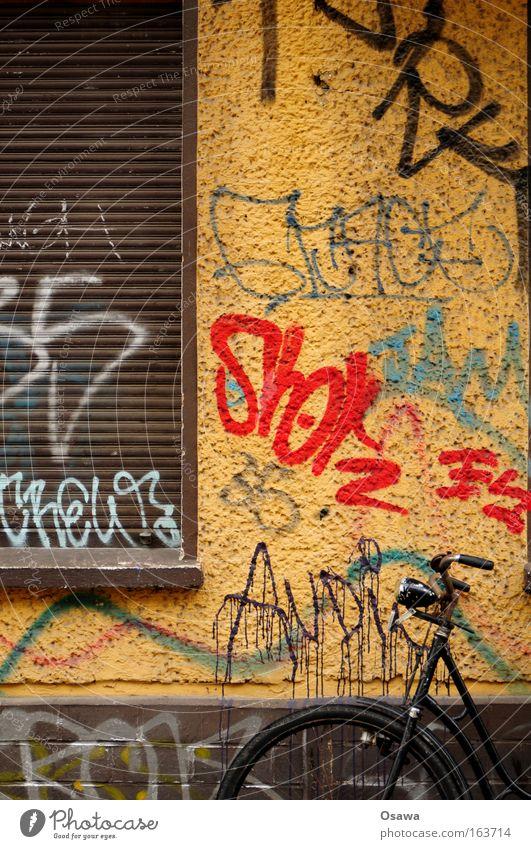 |_ alt Stadt Straße Wand Fenster Graffiti Fahrrad Kunst Straßenverkehr Fassade Rad Verfall Renovieren Altbau Sanieren Leerstand