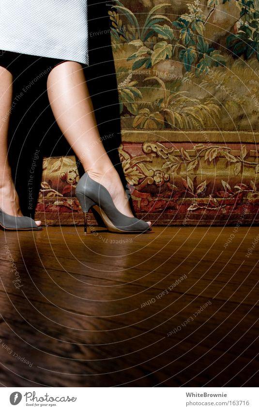 Pumps an Parkett Frau Mensch Jugendliche Erwachsene feminin Beine Fuß stehen 18-30 Jahre Junge Frau