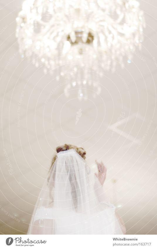 Licht für die Braut Gedeckte Farben Innenaufnahme Textfreiraum Mitte Kunstlicht Schwache Tiefenschärfe Hochzeit feminin Kopf Haare & Frisuren Rücken 1 Mensch
