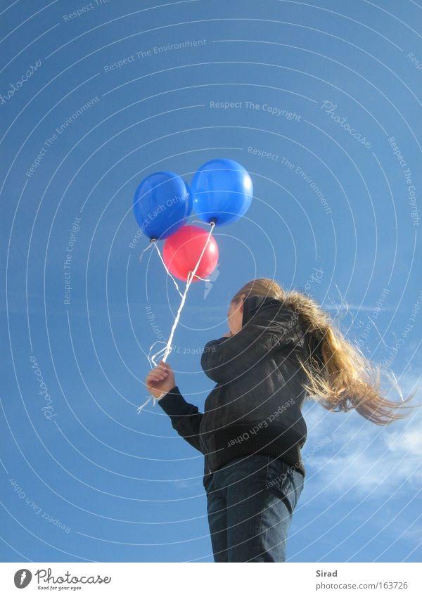 Der Sonne entgegen Mensch Himmel Natur Jugendliche blau rot Ferne feminin Freiheit Haare & Frisuren träumen hell frei stehen Hoffnung beobachten