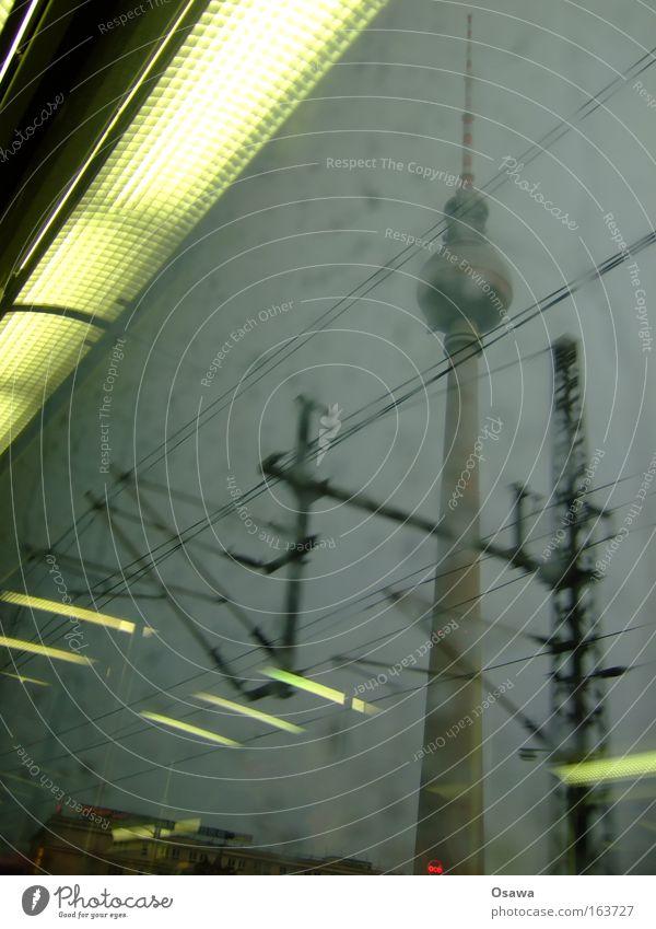400 Berlin Fernsehturm Turm Architektur Architekturfotografie Antenne Sendemast S-Bahn Fenster Glas Reflexion & Spiegelung denken Alkohol Alexanderplatz Regen