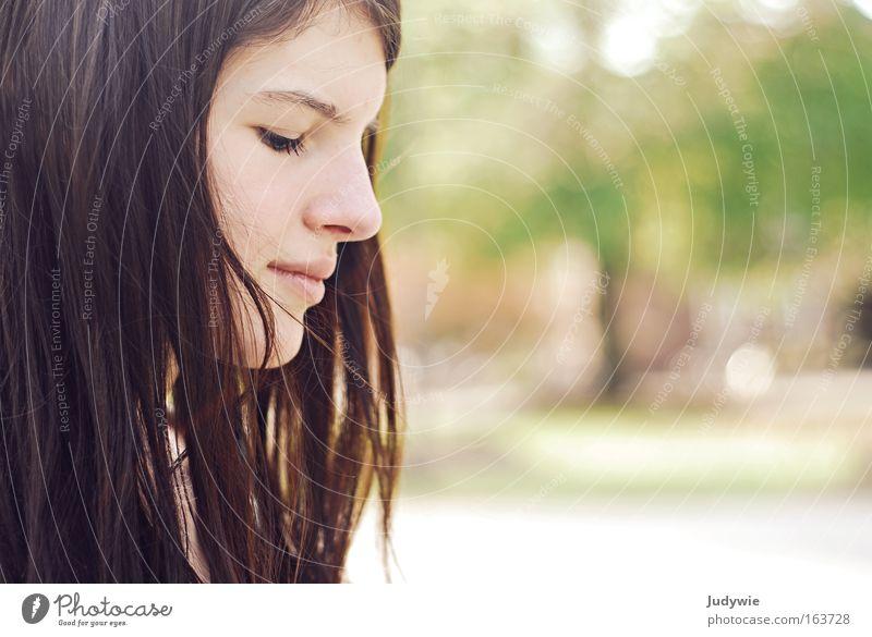 In Gedanken versunken Mensch Natur Jugendliche schön Sommer Erwachsene Gesicht feminin Kopf Haare & Frisuren Traurigkeit Denken Frühling träumen natürlich