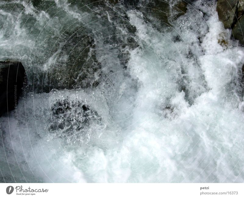 Tosendes Wasser Felsen beobachten Flüssigkeit frisch nass natürlich Begeisterung Farbfoto Außenaufnahme Vogelperspektive