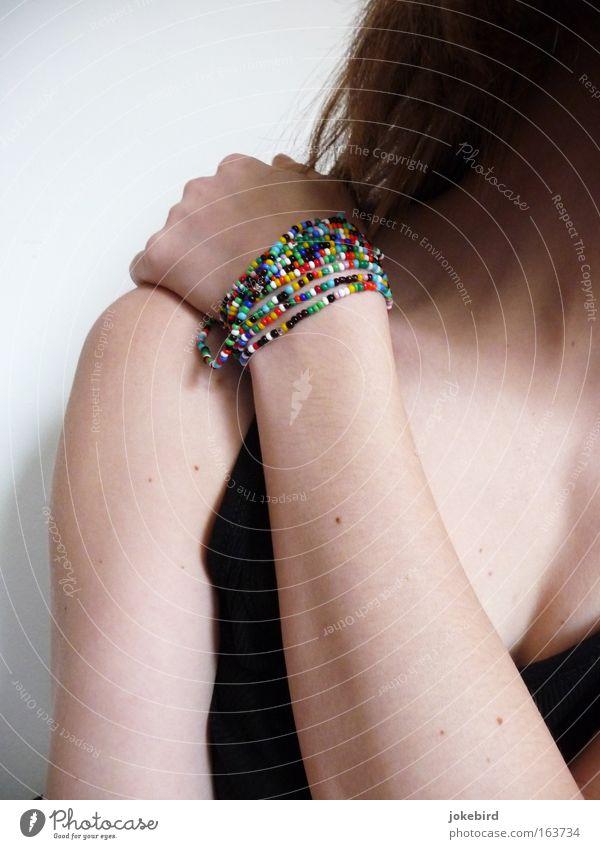 Perlenmädchen feminin Junge Frau Jugendliche Haut Haare & Frisuren Arme Hand Hals Dekolleté Schulter 1 Mensch Accessoire Schmuck Armband berühren einfach dünn