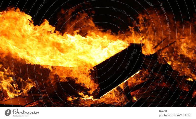 Hilfe, es breeeeeeeeeeennnnnnnt ! Haus Wärme Holz glänzend Angst leuchten Sträucher Tanzen gefährlich bedrohlich Urelemente Brand Feuer Todesangst Möbel Sturm