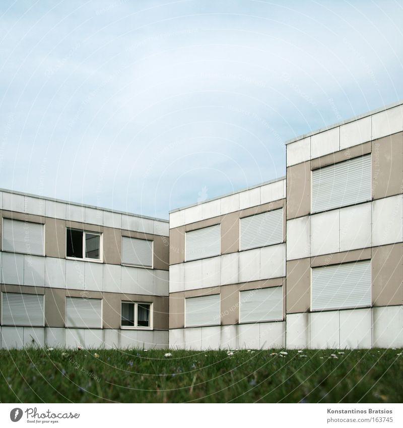 im Schatten der Oberschicht alt Himmel blau Stadt Haus Wiese Fenster Gebäude braun Armut Fassade Gesellschaft (Soziologie) Zusammenhalt Stadtrand bescheiden