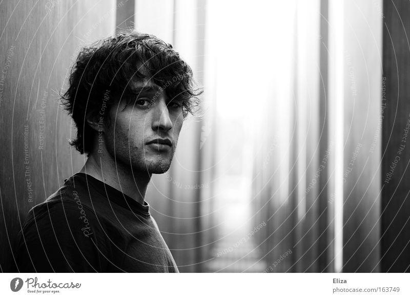 Und jetzt? maskulin Junger Mann Jugendliche 1 Mensch 18-30 Jahre Erwachsene Berlin Mauer Wand Denkmal Dreitagebart Denken Traurigkeit schön muskulös Gefühle