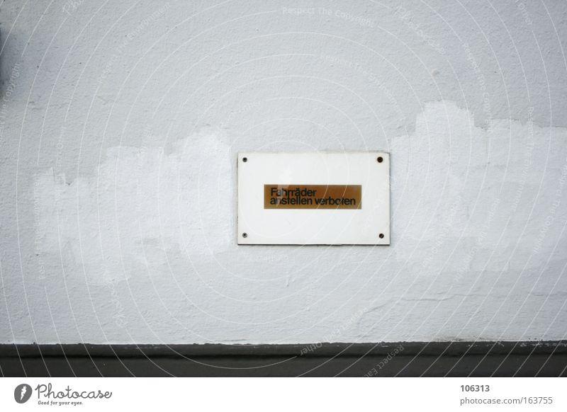 Fotonummer 117079 Wand Schilder & Markierungen Verbote Fahrrad abstellen abgerockt gestrichen Regel Gesetze und Verordnungen strafe