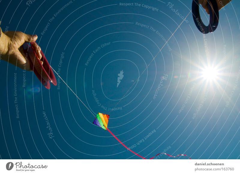 ... und raus !!! Wind Lenkdrachen Kiting Farbe mehrfarbig Sommer Sonne Luftverkehr Sonnenstrahlen Wetter Licht Himmel blau Freude Himmelskörper & Weltall