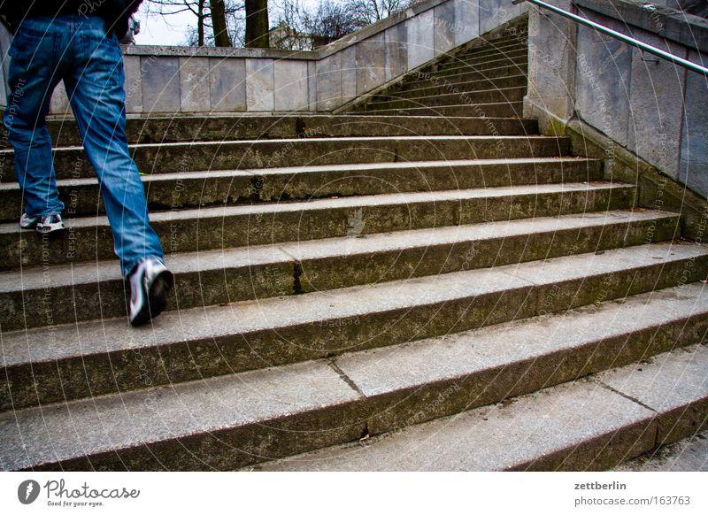 Treppe Mensch Jugendliche Fuß Beine Architektur maskulin laufen Erfolg Horizont Hoffnung Jeanshose Turnschuh aufsteigen Optimismus Ausdauer
