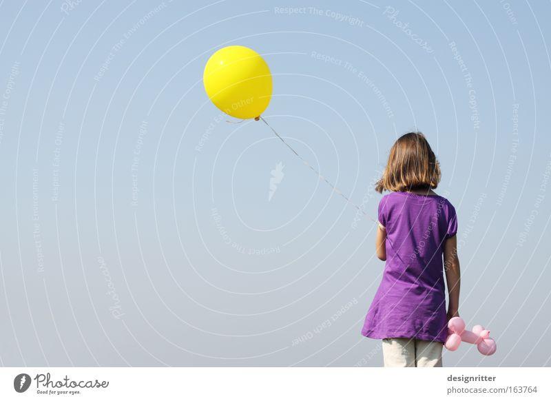 unbeschwert Farbfoto Außenaufnahme Textfreiraum links Textfreiraum unten Hintergrund neutral Tag Starke Tiefenschärfe Rückansicht Wegsehen Mädchen Kindheit
