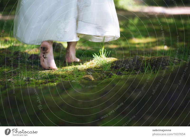 Auf dem richtigen Pfad Mensch Frau Jugendliche Junge Frau Wald 18-30 Jahre Erwachsene feminin Paar Fuß frisch Hochzeit Kleid zart Moos Barfuß