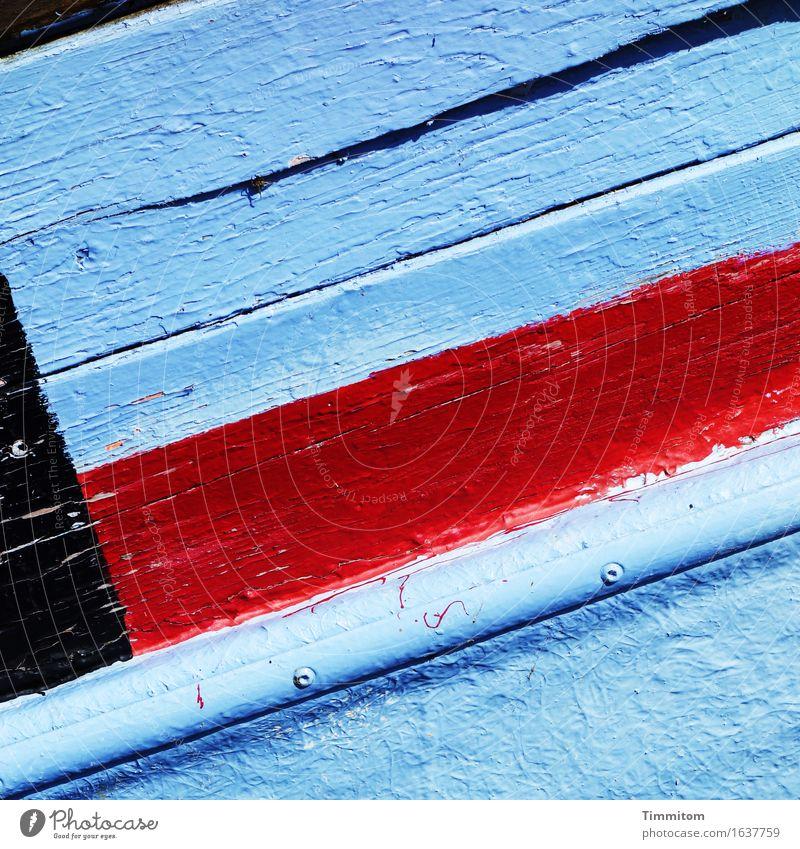 Gruß aus DK. Dänemark Schifffahrt Fischerboot Holz blau rot schwarz Farbe Riss Schiffsplanken Farbfoto Außenaufnahme Menschenleer Tag