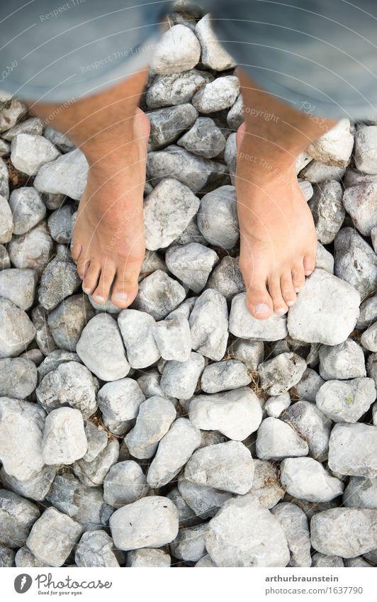 Barfuß auf Steinen Mensch Natur Jugendliche Sommer schön Junger Mann Erwachsene Umwelt Leben Gesundheit Garten Fuß Tourismus maskulin Park