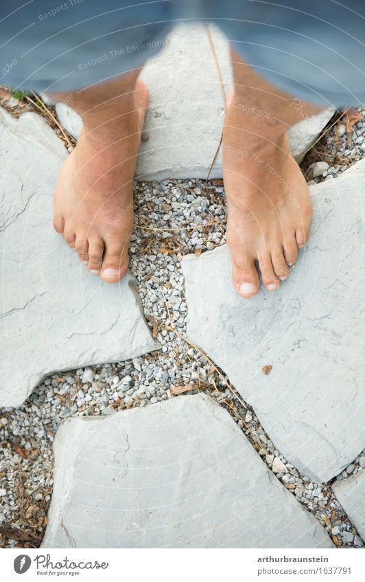 Barfuß auf Steinterrasse im Sommer Mensch Natur Jugendliche schön Junger Mann Erholung Erwachsene Umwelt Leben Lifestyle Frühling Wege & Pfade Gesundheit