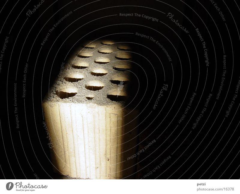 Licht-Einfall Handwerk Backstein verrückt Lochziegel Lichtstrahl Farbfoto Innenaufnahme Textfreiraum links Textfreiraum rechts Textfreiraum oben