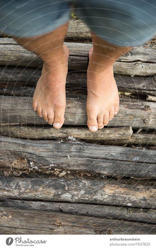Barfuß auf Holz Pediküre Gesundheit Freizeit & Hobby Tourismus Ausflug wandern Mensch maskulin Erwachsene Leben Fuß 1 30-45 Jahre Umwelt Natur Sommer Garten