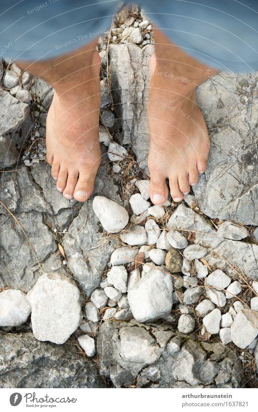 Barfuß auf Steinen Mensch Natur Jugendliche Sommer schön Junger Mann Erwachsene Umwelt Leben Frühling Wege & Pfade Gesundheit Felsen gehen Freizeit & Hobby