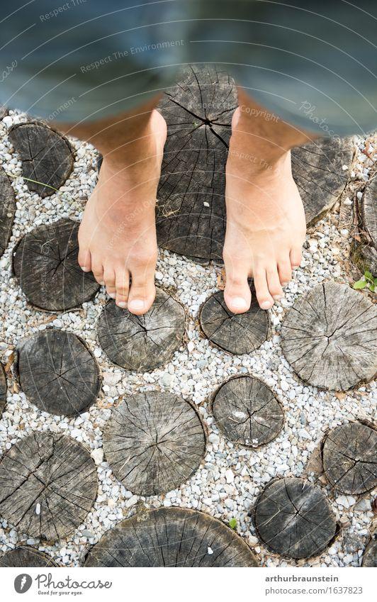 Barfuß gehen auf Holzstämmen Körperpflege Pediküre Gesundheit sportlich Leben Wohlgefühl Freizeit & Hobby Sommer wandern Garten Mensch maskulin Junger Mann