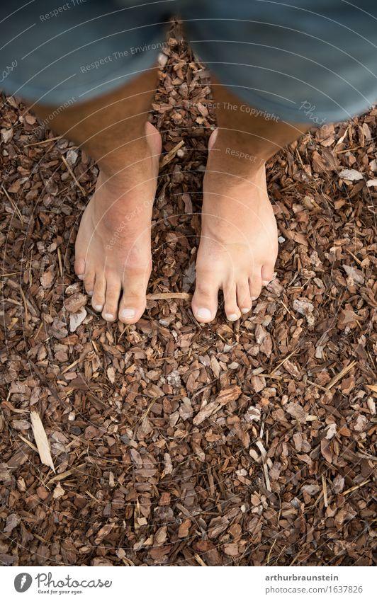 Barfuß auf Holzspänen Rindenmulch Mensch Natur Jugendliche Sommer Junger Mann Erwachsene Umwelt Leben Wege & Pfade natürlich Gesundheit Freiheit Fuß braun
