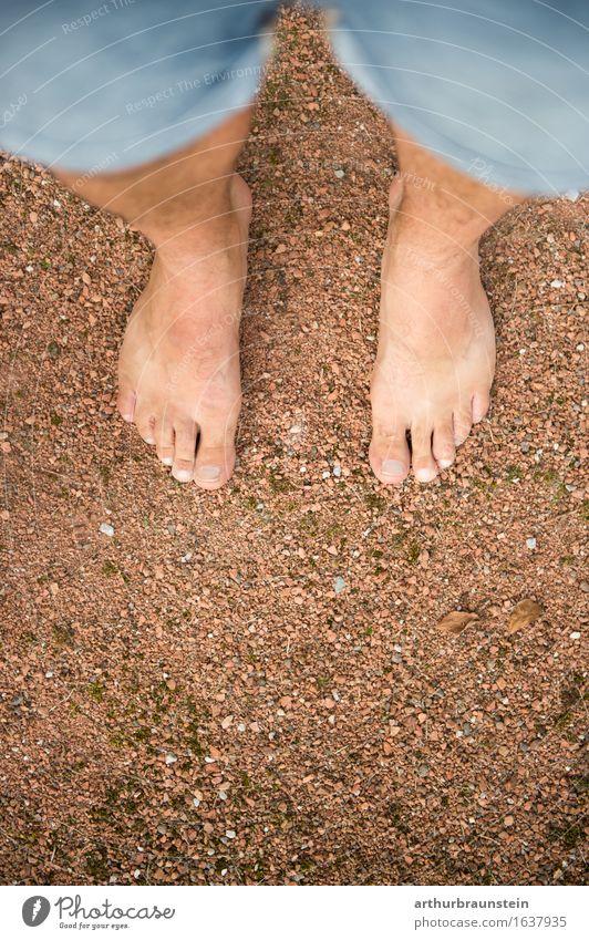 Barfuß auf Kiesboden Mensch Natur Jugendliche Sommer Junger Mann Erwachsene Umwelt Leben Wege & Pfade Bewegung natürlich Gesundheit Freiheit Fuß braun Sand