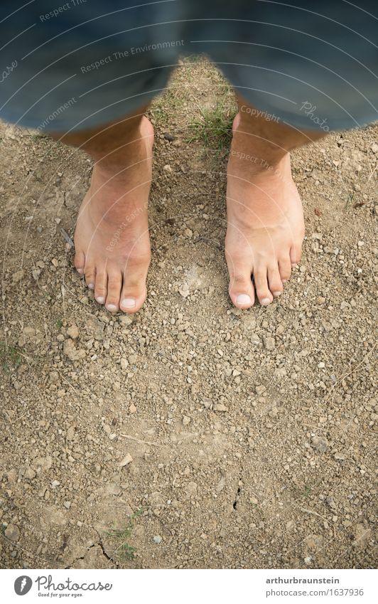 Barfuß auf der Erde Mensch Natur Jugendliche Sommer Junger Mann Erwachsene Umwelt Leben natürlich Gesundheit Garten Freiheit Fuß maskulin Zufriedenheit