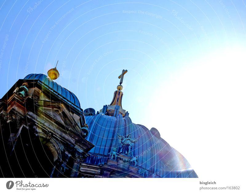 Berliner Dom Farbfoto Außenaufnahme Menschenleer Textfreiraum rechts Textfreiraum oben Hintergrund neutral Tag Licht Gegenlicht Froschperspektive Himmel