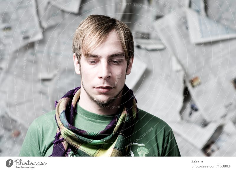 ICH? Farbfoto Studioaufnahme Kontrast Schwache Tiefenschärfe Zentralperspektive Blick nach unten Mensch maskulin Junger Mann Jugendliche Erwachsene Kopf