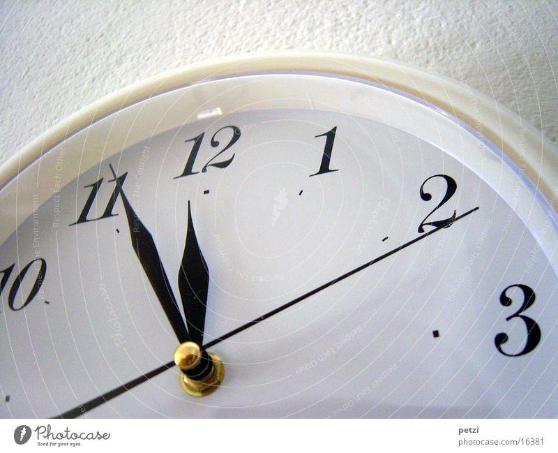 Fünf vor zwölf Häusliches Leben Uhr Glas Metall gold Mittelpunkt Wand Uhrenzeiger Farbfoto Innenaufnahme Froschperspektive Zeit