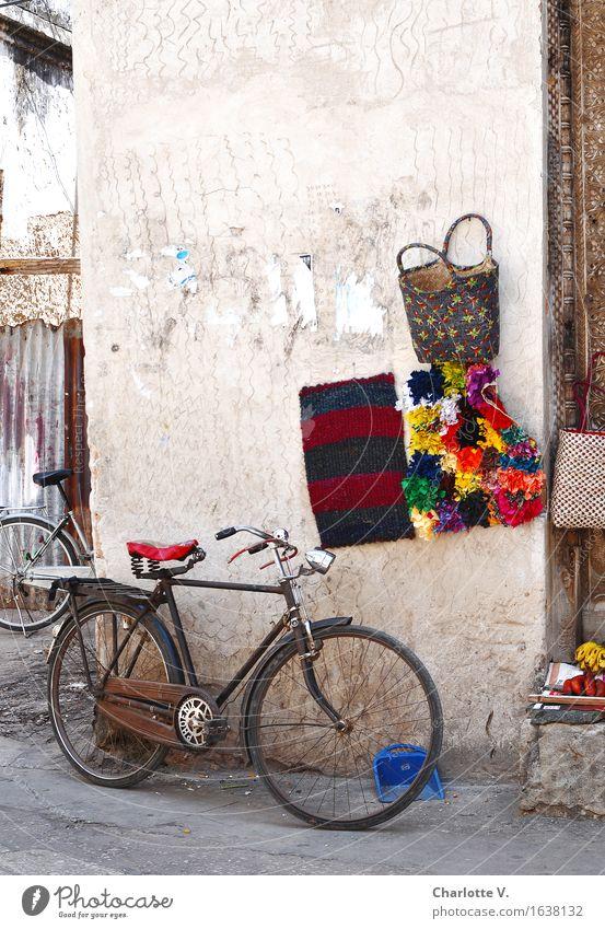 Stillleben Mit Kehrschaufel Blau Rot Ruhig Gelb Wand Mauer Grau Stein Braun  Metall Frucht Leuchten Fahrrad