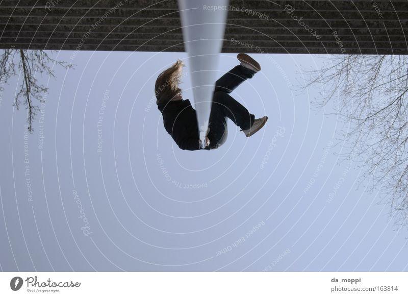 abhängen Farbfoto Außenaufnahme Experiment Tag Ganzkörperaufnahme Blick nach unten Blick nach oben feminin Junge Frau Jugendliche Haare & Frisuren 1 Mensch
