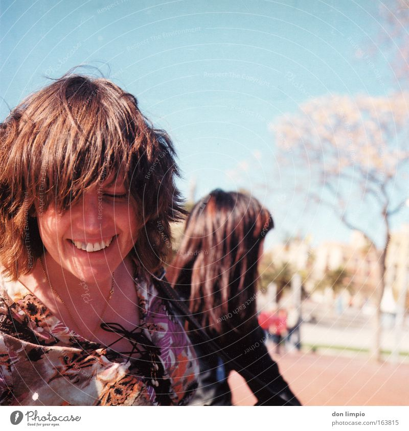 wir leben...barcelona Frau Freude Gesicht Haare & Frisuren lachen Freundschaft Park 2 Freundlichkeit analog Spanien Barcelona Mittelformat Unbeschwertheit Unbekümmertheit