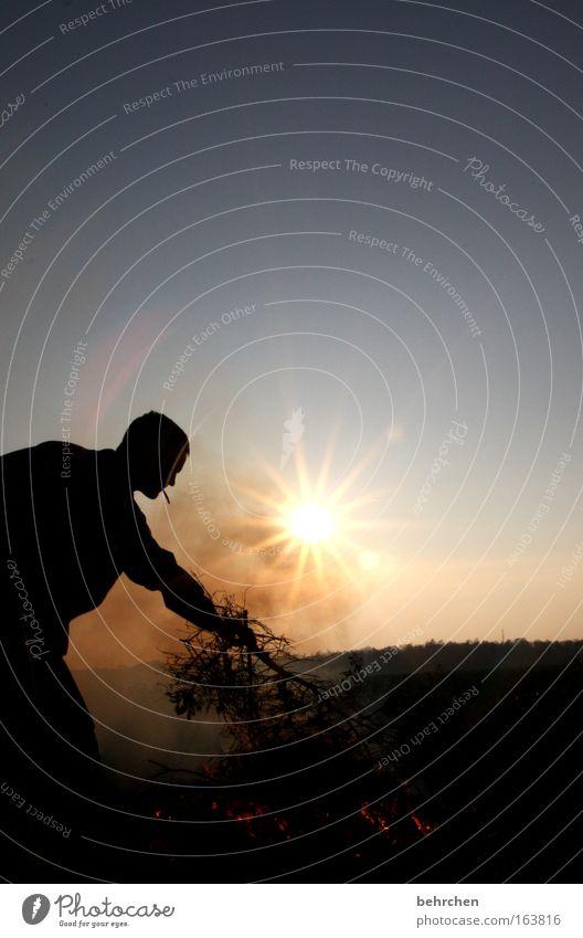 zündhilfe Farbfoto Außenaufnahme Textfreiraum oben Abend Dämmerung Silhouette Reflexion & Spiegelung Sonnenstrahlen Sonnenaufgang Sonnenuntergang Gegenlicht
