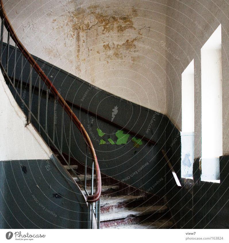 Aufgang Farbfoto Menschenleer Licht Schatten Starke Tiefenschärfe Totale Mauer Wand Treppe Fenster Stein Holz Metall alt ästhetisch authentisch dreckig dunkel