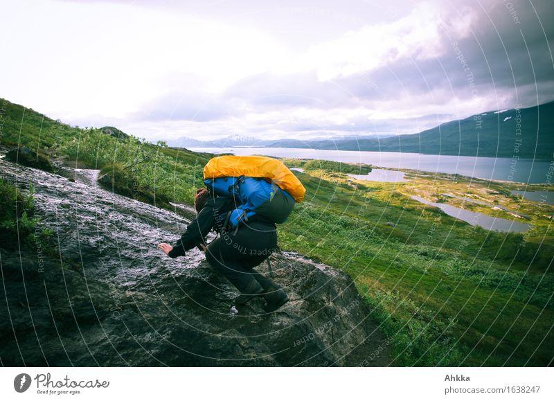 Beschwerliche Wanderung, Rutschpartie mit einem großen Rucksack Ferien & Urlaub & Reisen Abenteuer Berge u. Gebirge wandern feminin 1 Mensch Natur Felsen