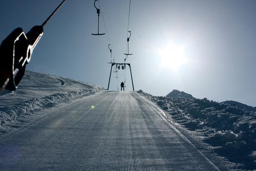 Lift Mensch Mann Sonne Winter Schnee Berge u. Gebirge Bewegung Erwachsene Bundesland Tirol Gegenlicht Skifahren Schönes Wetter Seilbahn Wintersport Skipiste