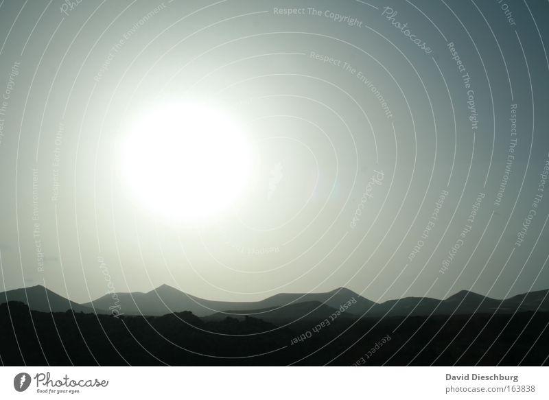 Sunshine over the hills Farbfoto Außenaufnahme Textfreiraum rechts Hintergrund neutral Morgendämmerung Tag Dämmerung Licht Kontrast Silhouette Sonnenlicht