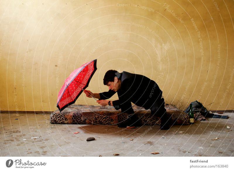 Wer den Schirm hat, braucht für den Spot(t) nicht zu sorgen I Mensch alt Jugendliche Erwachsene lustig dreckig maskulin Sicherheit einzigartig Schutz 18-30 Jahre Anzug machen Schirm kämpfen Willensstärke