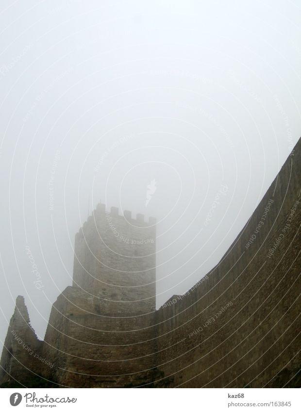 Enna dunkel kalt Herbst Mauer Regen braun Angst Nebel Wind Turm Italien gruselig Burg oder Schloss feucht Ruine Geister u. Gespenster