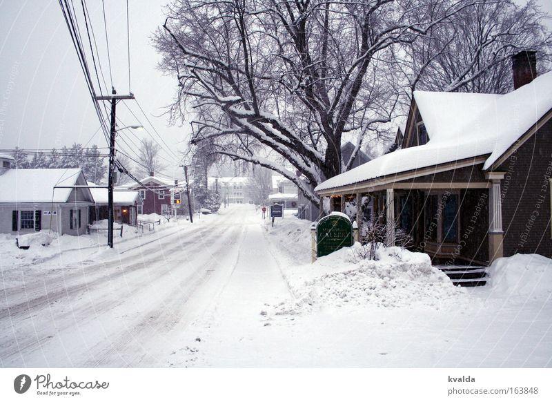 Verschneite Straße Gedeckte Farben Außenaufnahme Menschenleer Tag Zentralperspektive Winter Schnee USA Amerika Dorf Kleinstadt Stadtrand Haus Einfamilienhaus