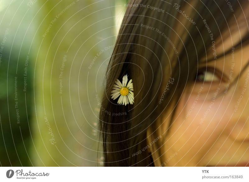Ohh, ich hab ja Frühling im Haar! Frau Mensch Natur Jugendliche schön Blume grün Pflanze Gesicht Auge Erholung feminin Blüte Glück Kopf