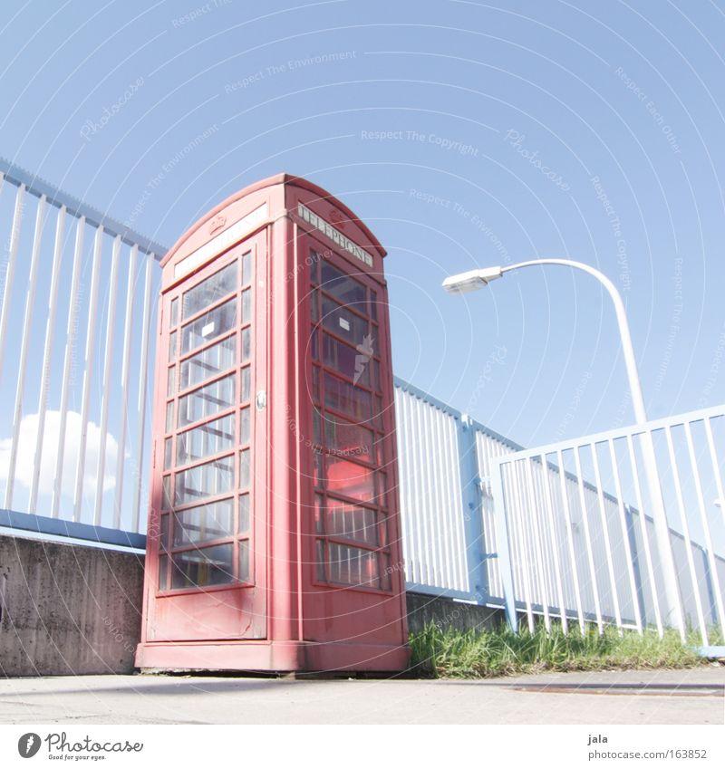little britain Himmel Stadt rot Sommer Platz Telefon Telekommunikation Kultur Schönes Wetter Zaun Straßenbeleuchtung Wahrzeichen London England Großbritannien Telefonzelle