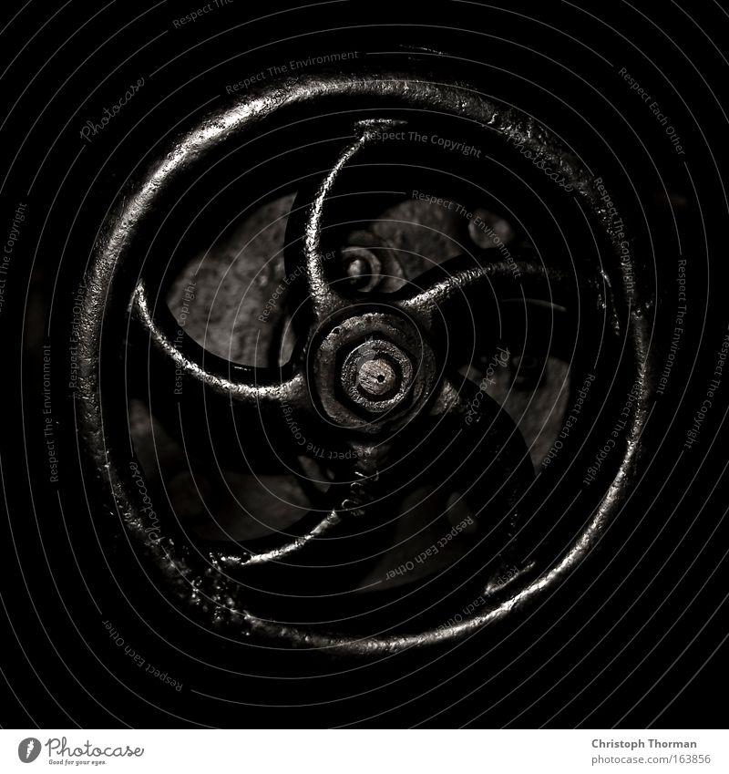 Welche Richtung? alt weiß schwarz Einsamkeit dunkel kalt grau Traurigkeit Metall dreckig Industrie Energiewirtschaft trist Technik & Technologie Fabrik Wissenschaften