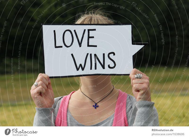 love wins Mensch Natur Jugendliche Junge Frau Freude 18-30 Jahre Erwachsene Liebe Gefühle Wiese feminin Religion & Glaube Freiheit Zusammensein Freundschaft