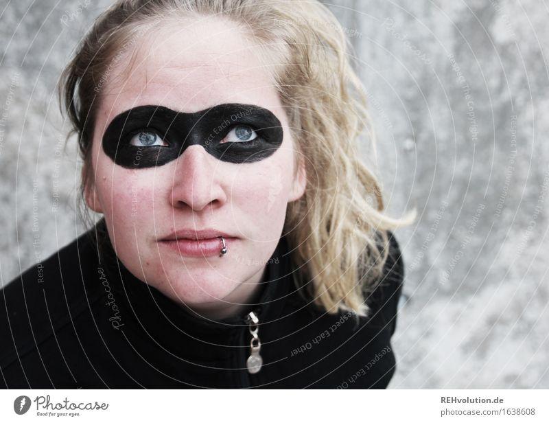 superheldin Mensch feminin Junge Frau Jugendliche Gesicht 1 18-30 Jahre Erwachsene Piercing blond langhaarig Locken Beton Arbeit & Erwerbstätigkeit fliegen