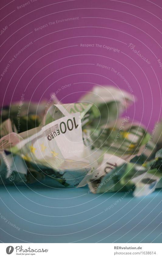 zaster Zeichen Geld Eurozeichen blau violett 100 Geldscheine viele Haufen Farbfoto Innenaufnahme Nahaufnahme Detailaufnahme Tag Schwache Tiefenschärfe