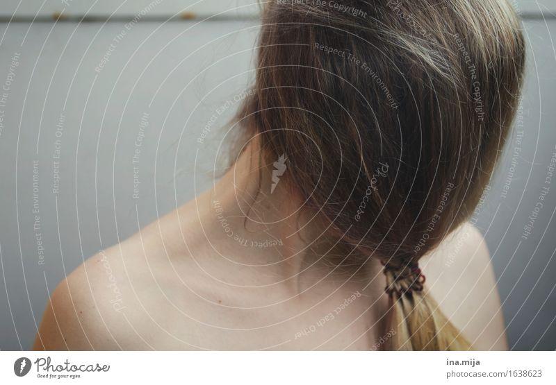 junge Frau durch Haare unkenntlich gemacht Mensch feminin Junge Frau Jugendliche Erwachsene Haare & Frisuren 1 18-30 Jahre 30-45 Jahre brünett langhaarig Pony
